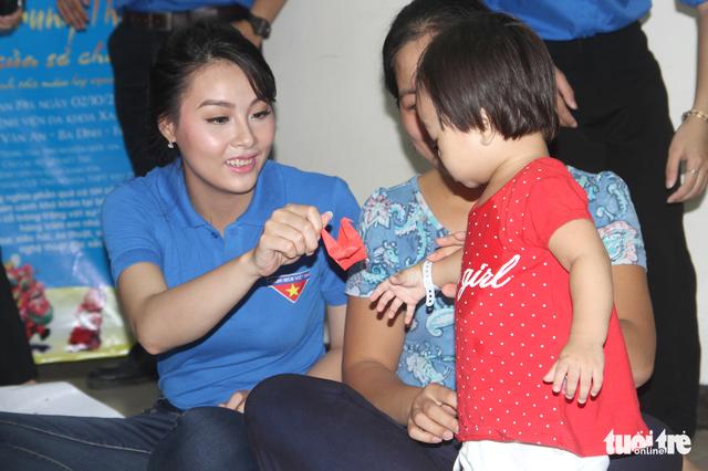 Trung Thu cho trẻ em thiệt thòi ở Hà Nội, Đà Nẵng, TP.HCM - Ảnh 1.