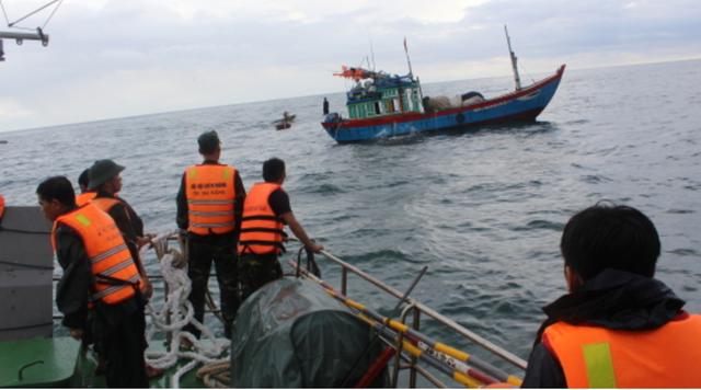 Kéo tàu cá vô chủ bị chìm vào bờ - Ảnh 1.