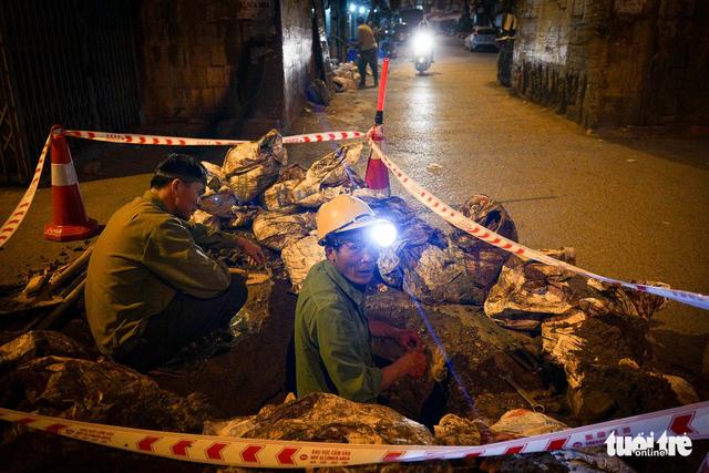 Người vô gia cư co ro giữa đêm đông Hà Nội - Ảnh 11.
