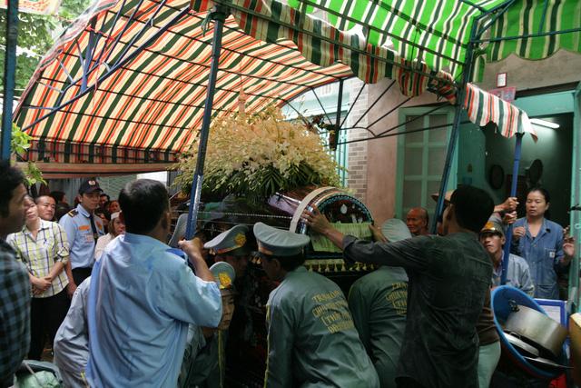 Tiễn đưa nghệ sĩ Khánh Nam trong cơn mưa Sài Gòn buổi sớm - Ảnh 7.