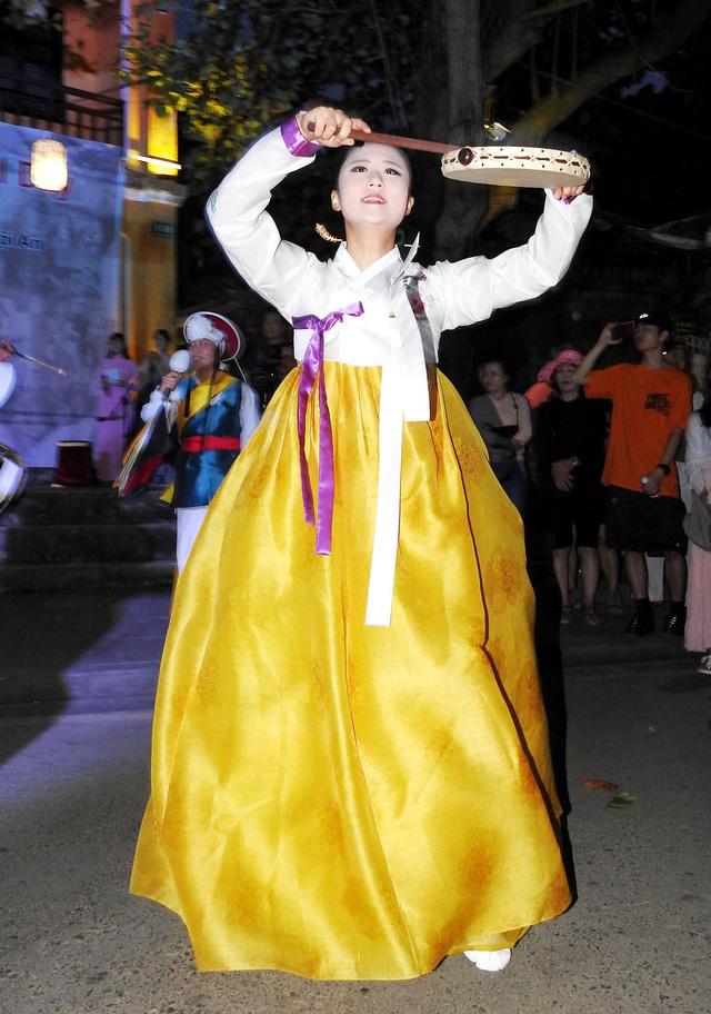Múa cổ truyền Hàn Quốc trên đường phố Hội An - Ảnh 7.