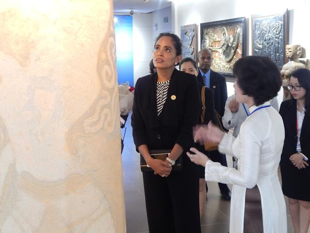 Phu nhân thủ tướng Papua New Guinea thăm Bảo tàng Mỹ thuật Đà Nẵng - Ảnh 1.