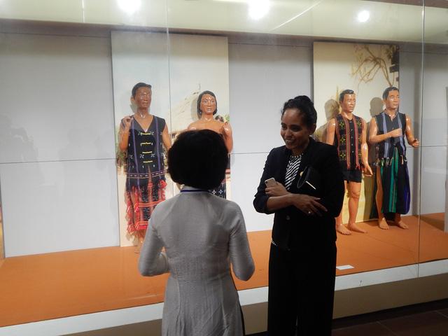 Phu nhân thủ tướng Papua New Guinea thăm Bảo tàng Mỹ thuật Đà Nẵng - Ảnh 2.