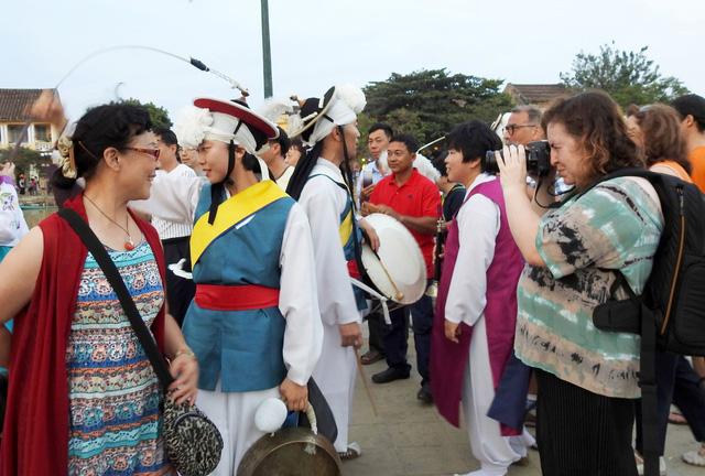 Múa cổ truyền Hàn Quốc trên đường phố Hội An - Ảnh 8.