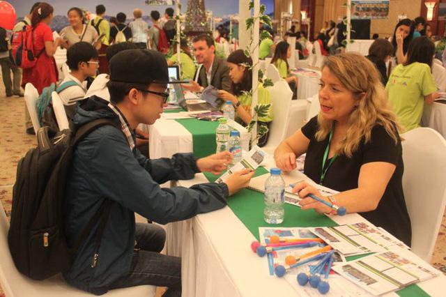 Bạn trẻ tìm hiểu thông tin tại ngày hội du học ở TP.HCM - Ảnh: B.M.