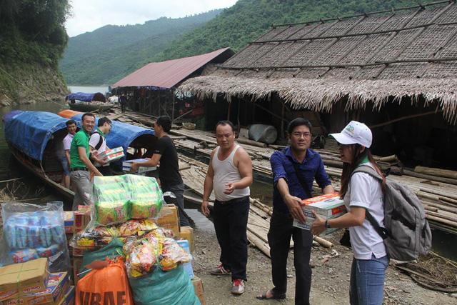 Xác minh vụ xã nghèo từ chối gạo, mì tôm từ thiện - Ảnh 1.