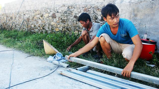 Nghĩa tình bạn đọc Tuổi Trẻ giúp dân vùng bão dựng nhà - Ảnh 6.