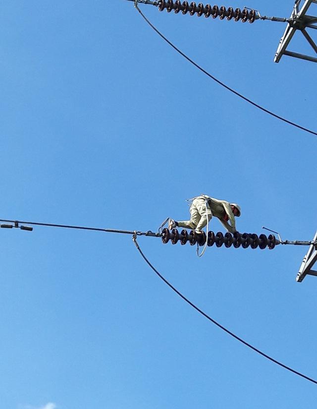 """""""Lính"""" bảo vệ…đường dây điện - Ảnh 2."""