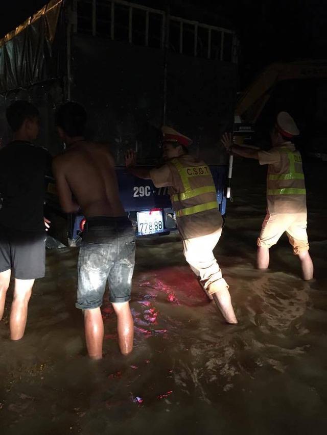CSGT Hà Nội đẩy xe giúp dân qua vùng lũ trong đêm - Ảnh 1.