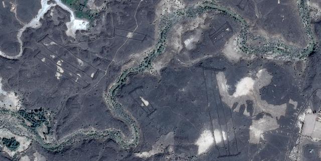 Bí ẩn những cánh cổng ngàn năm giữa sa mạc - Ảnh 1.