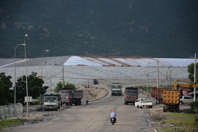 Đất nhiễm mặn vì bãi tro xỉ nhiệt điện Vĩnh Tân 2, dân khốn đốn - Ảnh 1.