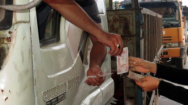Lại tiền lẻ mua vé qua trạm BOT Nam Bình Định - Ảnh 1.
