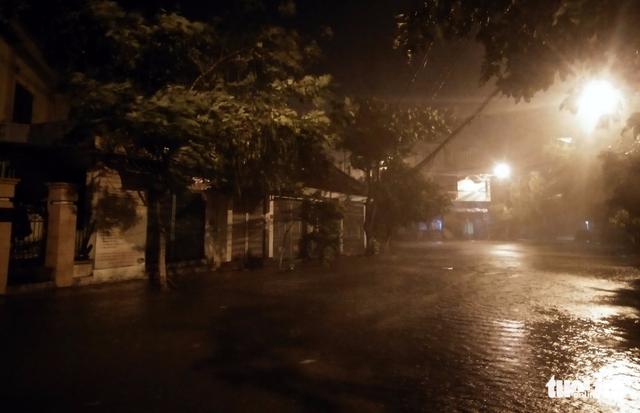 Tâm bão số 12 đổ bộ đất liền, gió cấp 11 tại Nha Trang, TP Tuy Hòa mất điện - Ảnh 19.