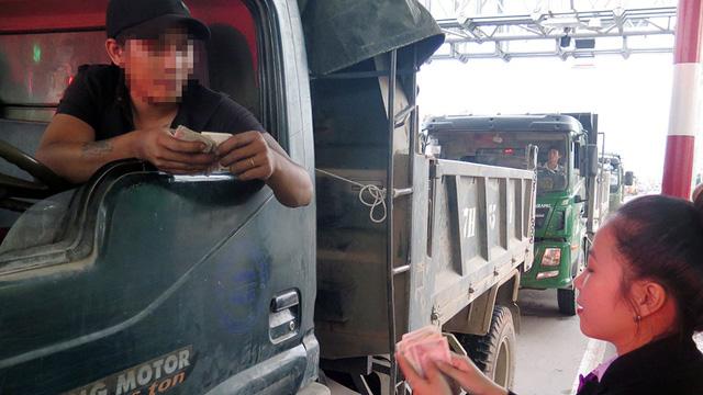 Lại tiền lẻ mua vé gây ách tắc trạm BOT Nam Bình Định - ảnh 1
