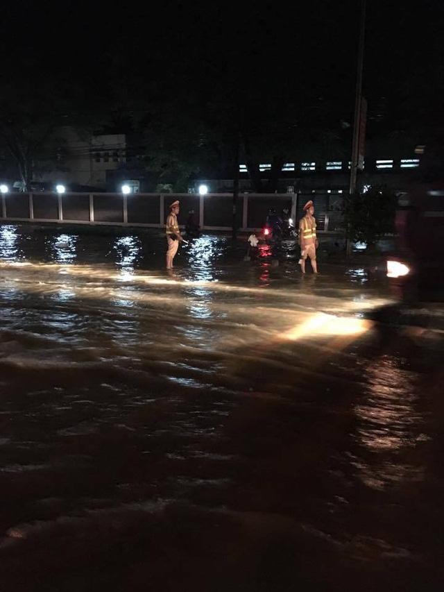 CSGT Hà Nội đẩy xe giúp dân qua vùng lũ trong đêm - Ảnh 2.