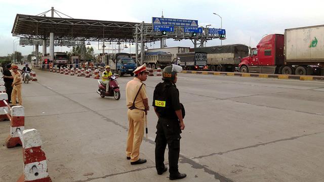 Lại tiền lẻ mua vé gây ách tắc trạm BOT Nam Bình Định - ảnh 2