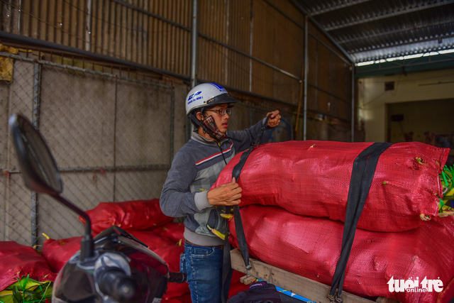 Tấp nập kẻ mua người bán tại chợ bắp lớn nhất Sài Gòn - Ảnh 11.