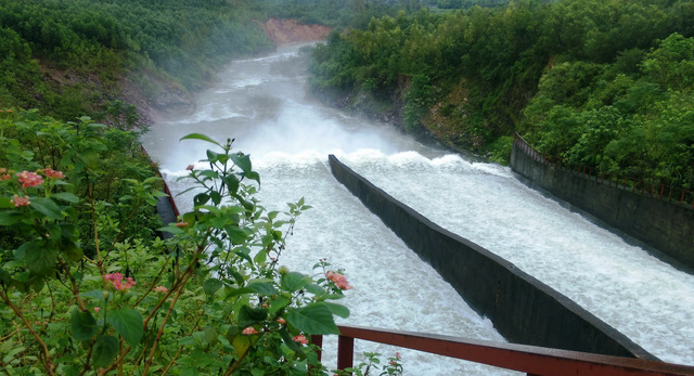Hồ Kẻ Gỗ bắt đầu xả lũ, nhiều xã ở Hà Tĩnh vẫn bị cô lập - Ảnh 2.