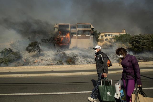 Những hình ảnh kinh hoàng ở biển lửa California - Ảnh 16.