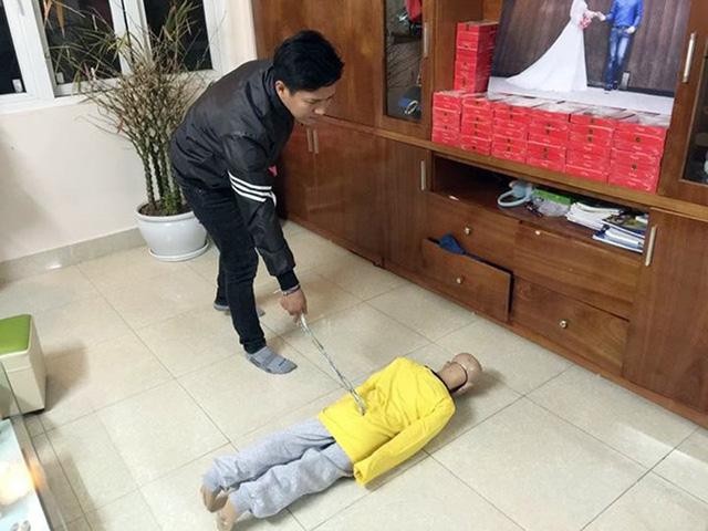 Mẹ kế thừa nhận dùng đũa vụt vào mặt con chồng - Ảnh 1.