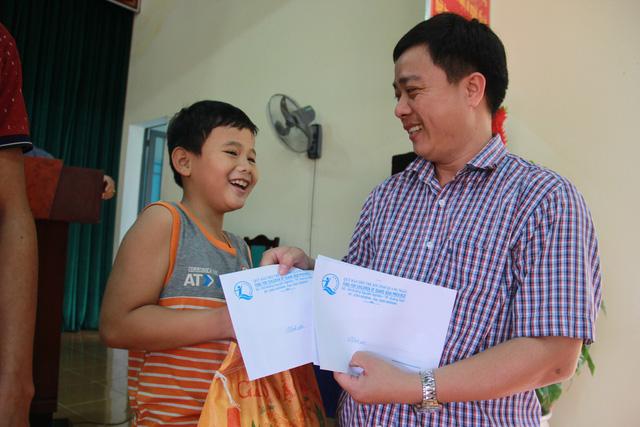 Tuổi Trẻ đưa hàng cứu trợ đến vùng lũ Bình Sơn - Quảng Ngãi - Ảnh 6.