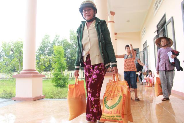 Tuổi Trẻ đưa hàng cứu trợ đến vùng lũ Bình Sơn - Quảng Ngãi - Ảnh 3.