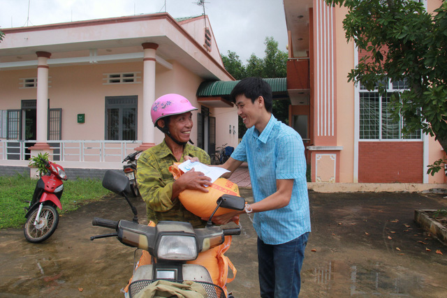 Tuổi Trẻ đưa hàng cứu trợ đến vùng lũ Bình Sơn - Quảng Ngãi - Ảnh 1.