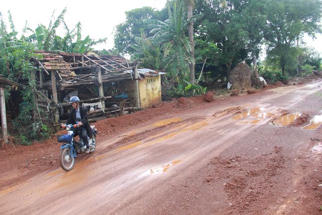 Tuổi Trẻ đưa hàng cứu trợ đến vùng lũ Bình Sơn - Quảng Ngãi - Ảnh 5.