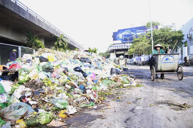 Xử lý gấp hàng trăm tấn rác bủa vây thành phố Hạ Long - Ảnh 1.