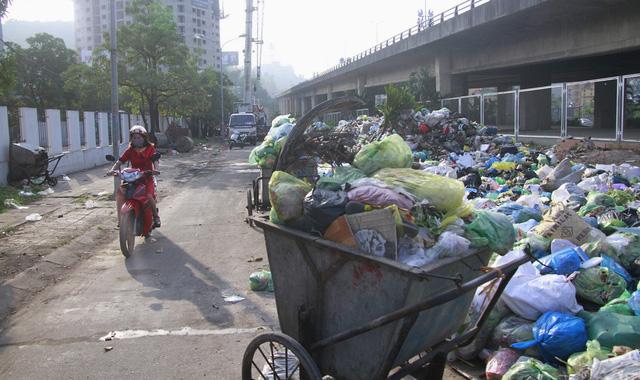 Xử lý gấp hàng trăm tấn rác bủa vây thành phố Hạ Long - Ảnh 2.