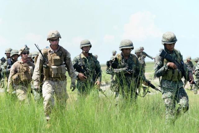Philippines: miệng vuốt ve Mỹ, tay cầm vũ khí Trung Quốc - Ảnh 2.