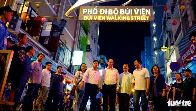 Bí thư Nguyễn Thiện Nhân xuống phố đi bộ, trò chuyện với khách Tây - Ảnh 4.