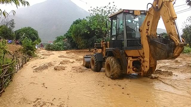 Sơn La: Lũ vẫn chia cắt, cô lập huyện Phù Yên - Ảnh 2.
