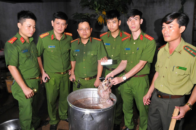 Nổ súng bắt nhóm người nấu cao một con hổ 200kg - Ảnh 2.