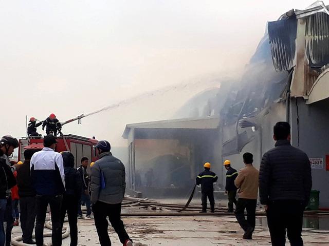 Cháy lớn tại công ty sản xuất bông ở Thái Bình - Ảnh 1.