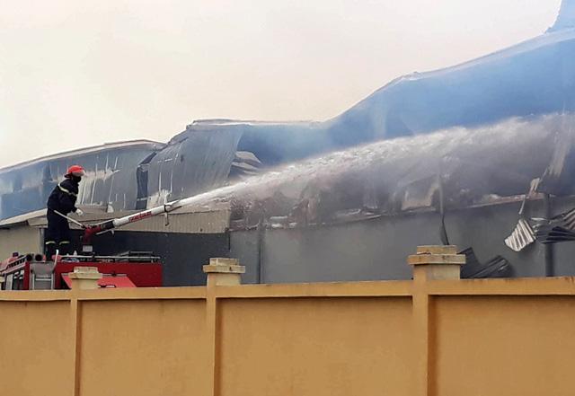 Cháy lớn tại công ty sản xuất bông ở Thái Bình - Ảnh 3.