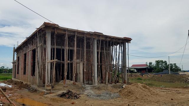 Chủ tịch xã bất chấp lệnh tháo dỡ, tiếp tục xây nhà - Ảnh 1.