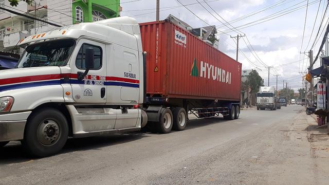 Bất an với đoàn xe container tung hoành trong giờ cấm - Ảnh 3.