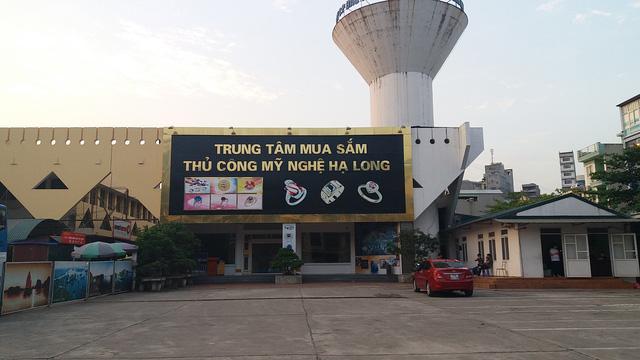 Hạ Long tạm đóng cửa 12 cửa hàng chỉ đón khách Trung Quốc - Ảnh 1.