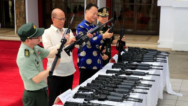 Philippines: miệng vuốt ve Mỹ, tay cầm vũ khí Trung Quốc - Ảnh 1.