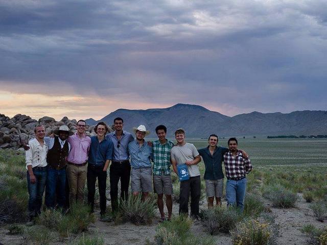 Lạ lùng ngôi trường giữa sa mạc chỉ có 30 nam sinh viên - Ảnh 5.