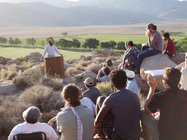 Lạ lùng ngôi trường giữa sa mạc chỉ có 30 nam sinh viên - Ảnh 1.