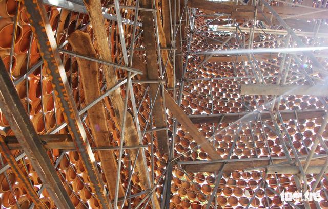 Độc đáo cây thông Noel làm từ hơn 6.000 nồi đất - Ảnh 8.