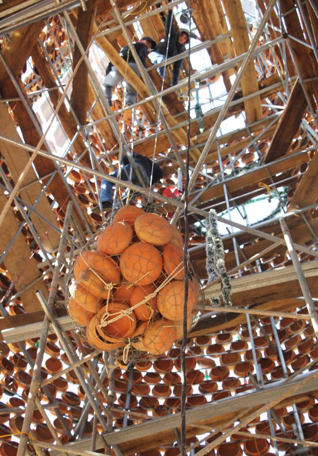 Độc đáo cây thông Noel làm từ hơn 6.000 nồi đất - Ảnh 5.
