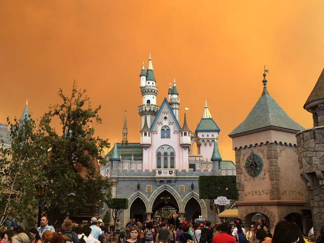 Cháy rừng khiến trời công viên Disneyland như trong phim ma - Ảnh 2.