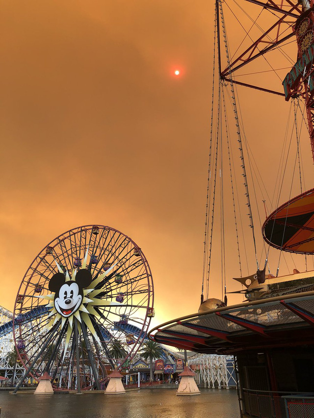 Cháy rừng khiến trời công viên Disneyland như trong phim ma - Ảnh 3.