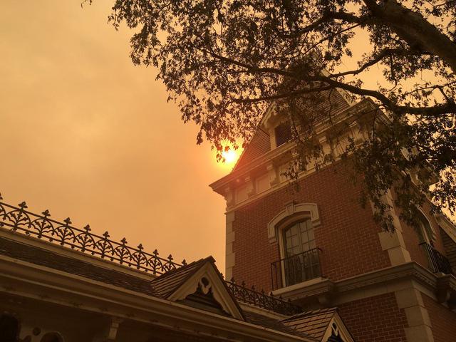 Cháy rừng khiến trời công viên Disneyland như trong phim ma - Ảnh 4.