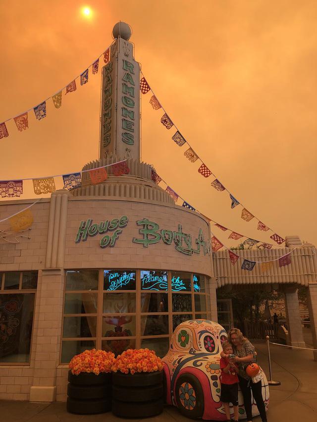 Cháy rừng khiến trời công viên Disneyland như trong phim ma - Ảnh 6.