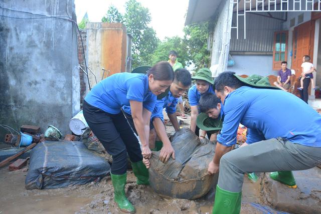 Hàng nghìn thanh niên tình nguyện giúp dân sau mưa lũ miền Bắc - Ảnh 4.