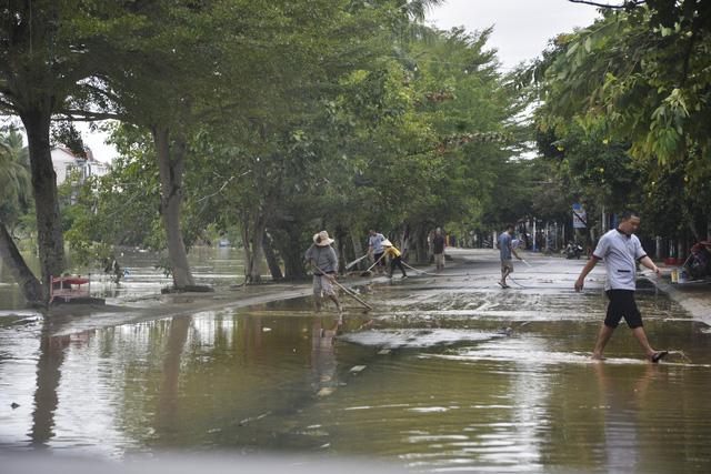 Hội An hối hả dọn bùn sau lũ chuẩn bị APEC - Ảnh 4.